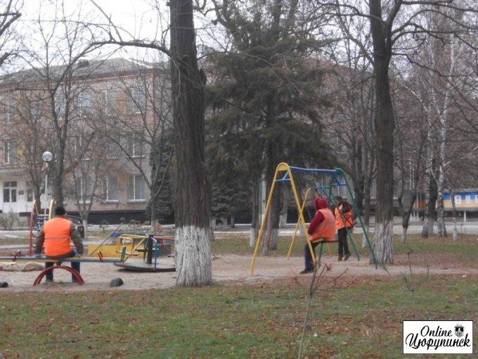 Чем занимаются Цюрупинские дворники в рабочее время? (фотофакт)