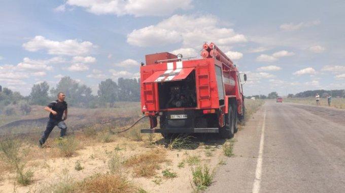 В Цюрупинске горит незаконная свалка, люди задыхаются от едкого дыма (фоторепортаж)