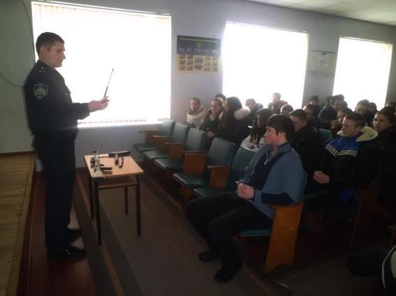 До Цюрупинського районного відділу міліції завітали учні 10-11 класів