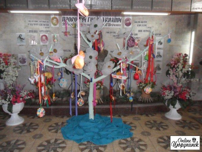 В фойє Цюрупинського центру культури та дозвілля ім.Т.Г.Шевченка розцвів Великодній писанковий сад