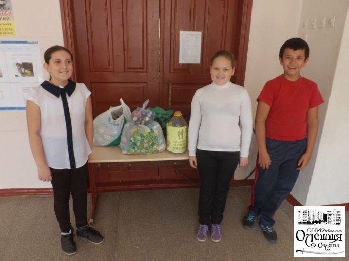 Ученики цюрупинской школы передали общественникам крышечки от пластиковых бутылок