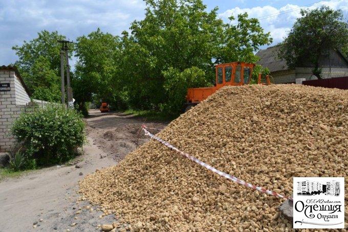 В Олешках продовжуються роботи з капітального ремонту доріг