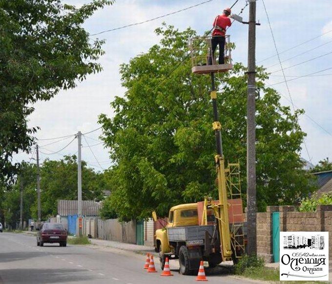 В Олешках регулярно проводять роботи по заміні ліхтарів на опорах вуличного освітлення