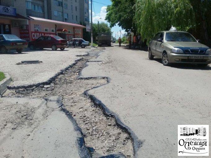 З настанням сприятливих погодних умов в Олешках відновився ремонт доріг