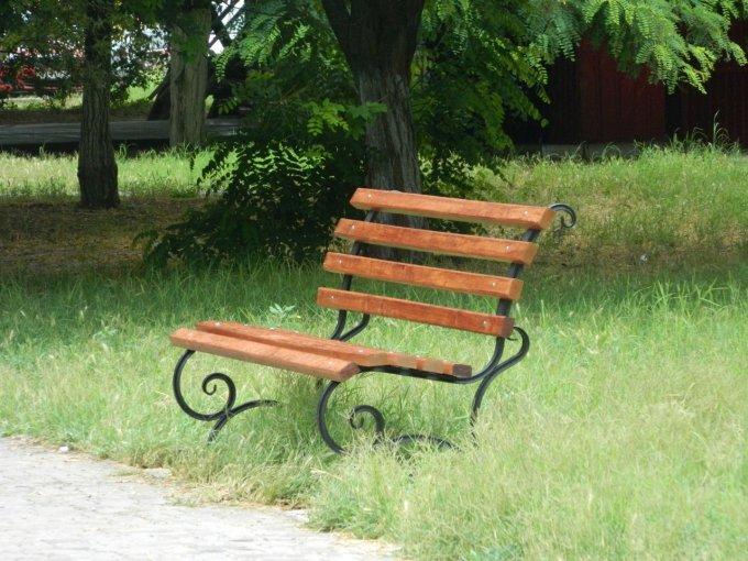 В Олешках встановлено нові лавки для більш комфортного відпочинку городян