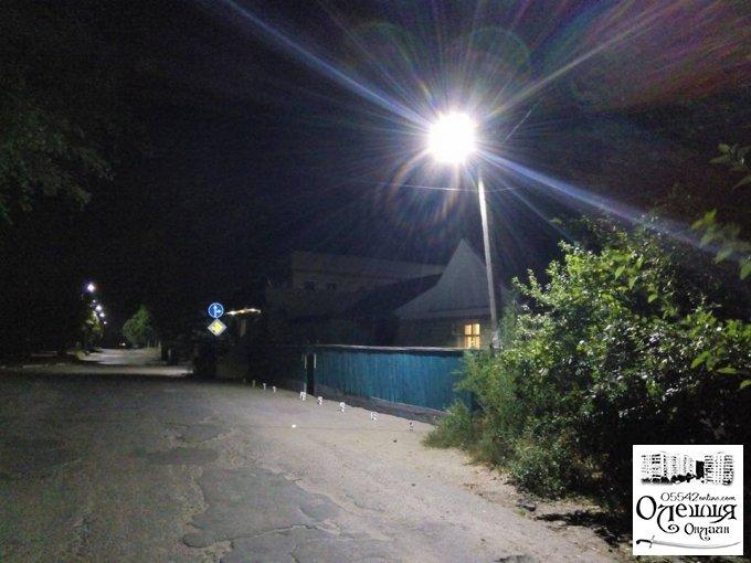 Еще на двух улицах в Олешках загорелись светодиодные фонари