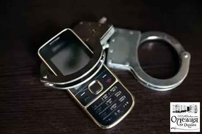 В Олешках вор вырвал телефон у 19-летней девушки