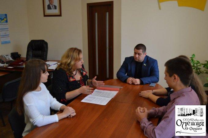 """Олешківський міський голова із школярами підписали меморандум про співпрацю у проекті """"Відкриваємо Україну"""""""