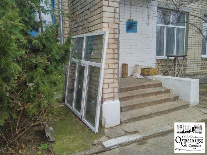 У дитячому садочку в Олешках встановлюють пластикові вікна