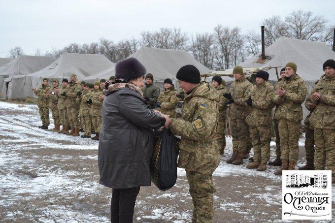 Жителі міста Олешки привітали військових зі святом