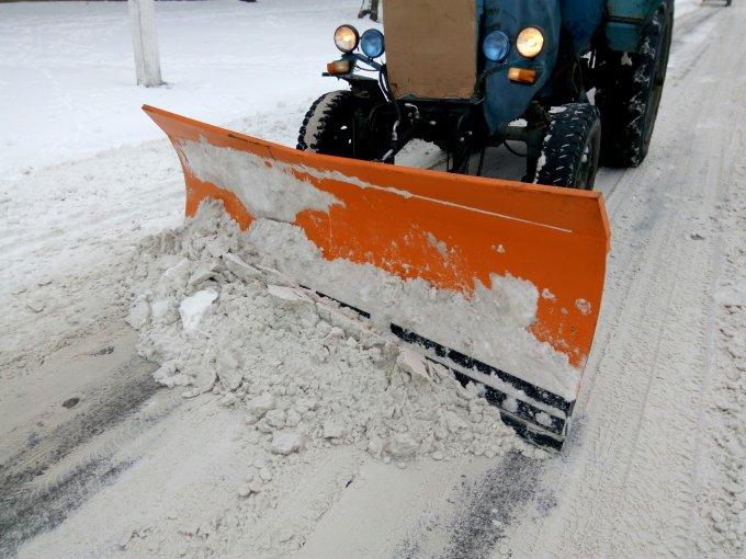 В Олешках тривають роботи з розчищення від снігу вулиць міста (фото)