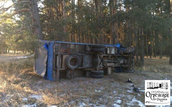 Под Олешками столкнулись и слетели с трассы грузовик и легковушка (ВИДЕО)