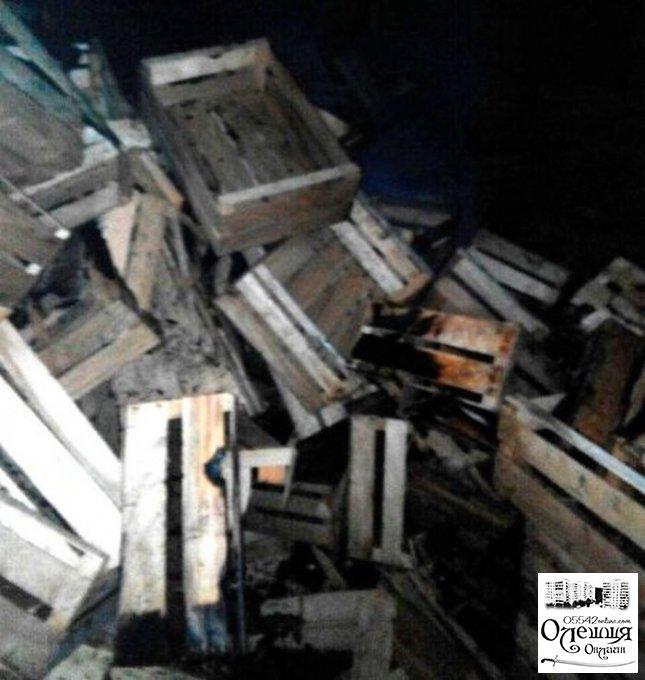 Сегодня утром в Олешках подожгли склад с деревянной тарой