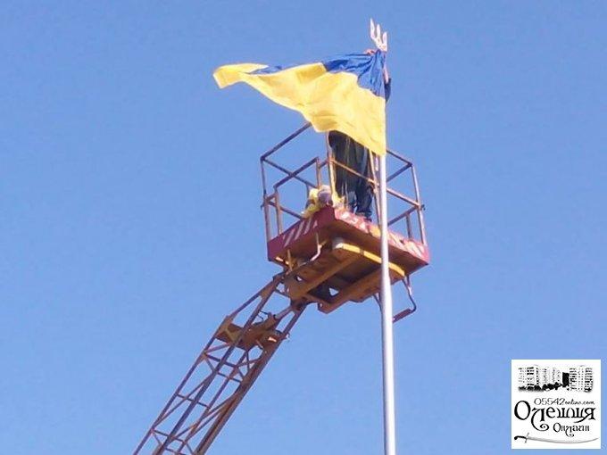 В Олешках поновлено державний прапор