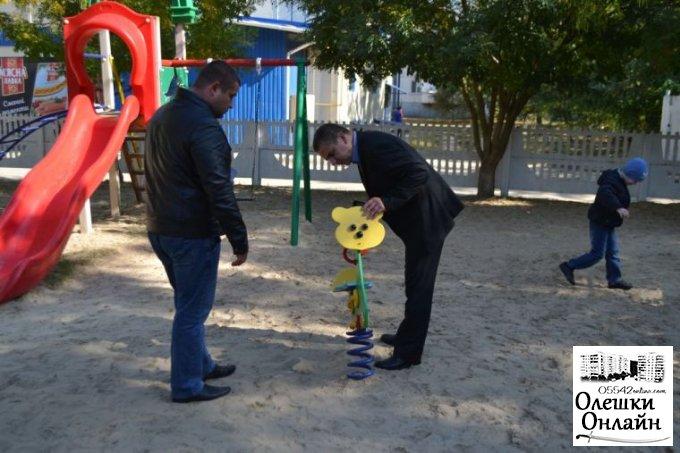 В Олешках відновлено дитячий майданчик