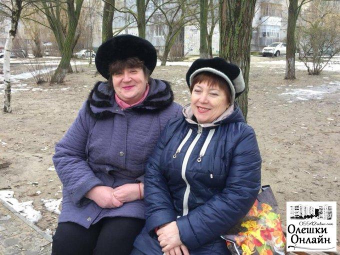 В Олешках жінкам дарують квіти та гарний настрій