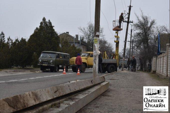 В Олешках здійснюються роботи по реконструкції мережі вуличного освітлення