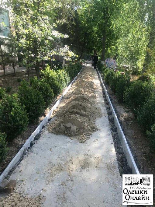 В ДНЗ ясла-садку №3 здійснюються роботи з капітального ремонту тротуарів