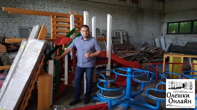 В Олешки прибула частина обладнання для ігрових майданчиків