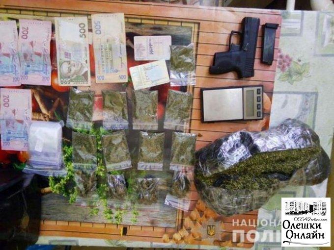 У жителя Олешковского района полицейские изъяли 18 кг марихуаны, 6 пистолетов и гранату