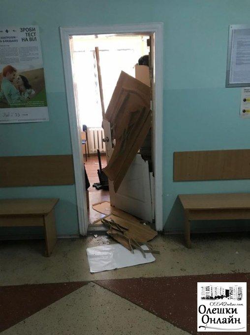 У розпал робочого дня по Олешківській районній лікарні бігав чоловік із холодною зброєю