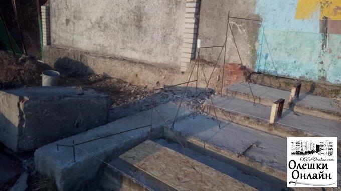 В Олешках приступили к реконструкции трибун на стадионе
