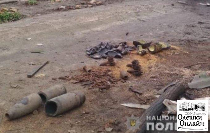На месте взрыва дома в Олешковском районе отыскали целый арсенал снарядов