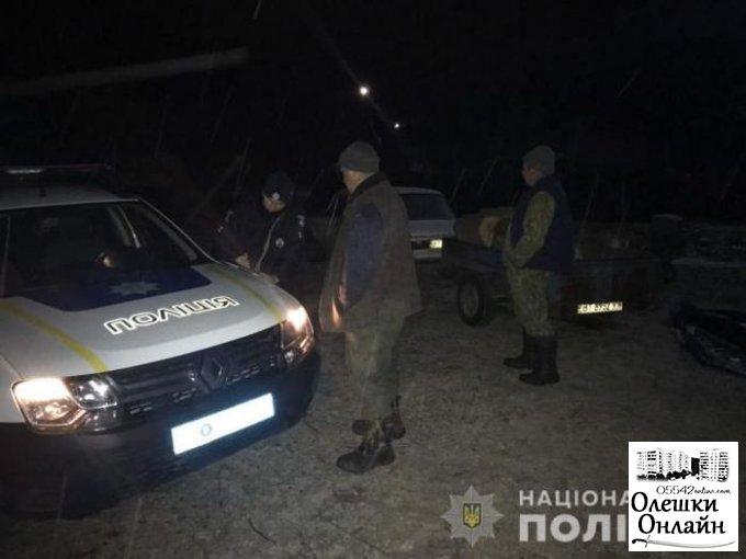 """Олешковские полицейские """"на гарячем"""" задержали лесных браконьеров"""