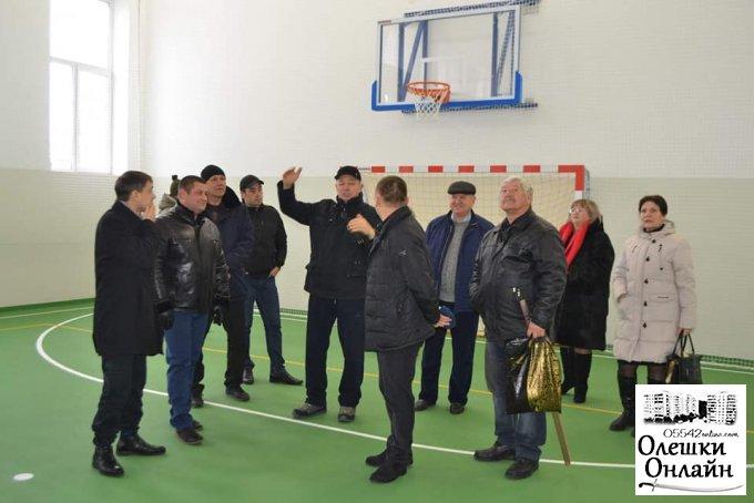 Депутати Олешківської районної ради відвідали міський стадіон 'Старт'