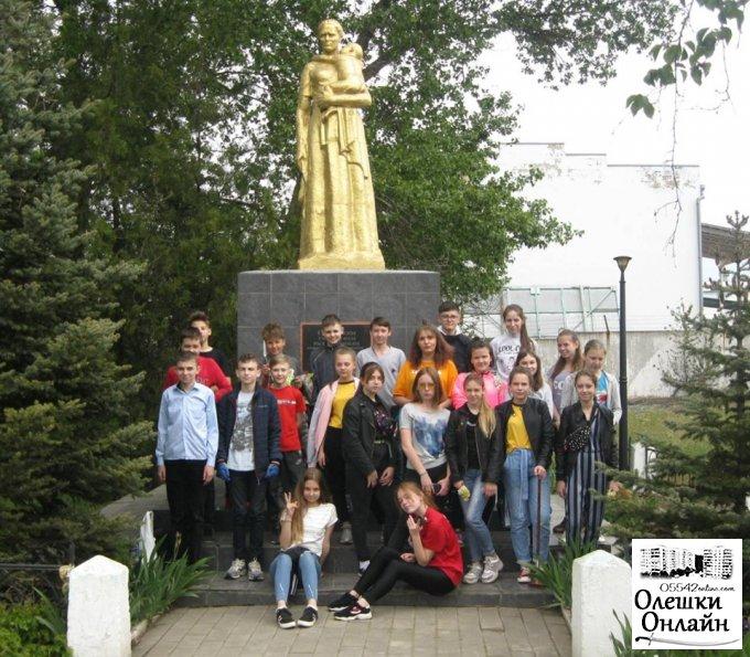 Олешківські учні не словом, а ділом демонструють своє ставлення до минулої війни та її героїв