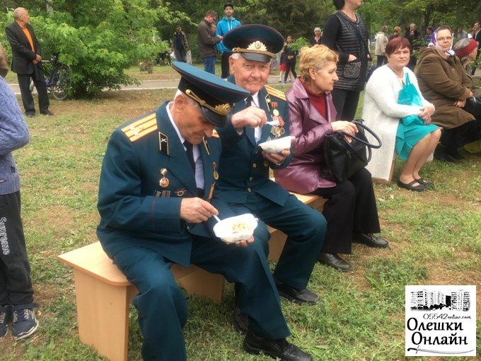 В Олешках до дня Перемоги ветеранів привітали концертом фронтових пісень і пригостили польовою кашею