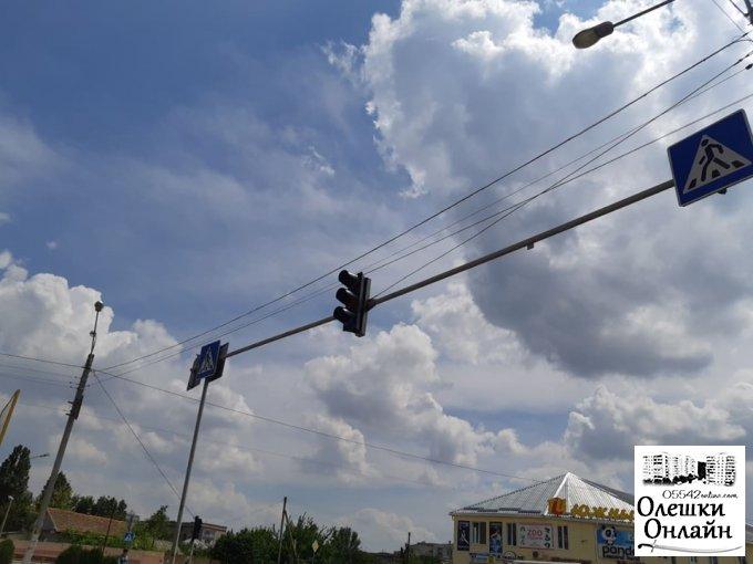 В Олешках проводяться роботи з відновлення світлофорного об'єкту