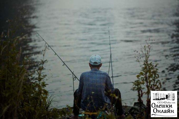 В Олешках рыбак выловил целый арсенал оружия и боеприпасов