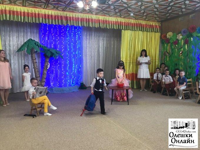 Малеча в Олешках прощається з дитсадками