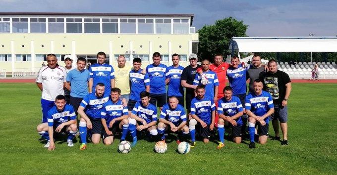 Футбольним командам міста Олешки вчора на полі рівних не було