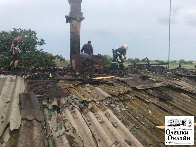 В Олешках из-за попадания молнии горела кровля частного дома