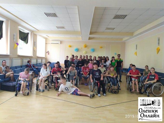 Спеціалісти виконавчого комітету Олешківської міської ради завітали з концертною програмою в Олешківський дитячий будинок інвалідів