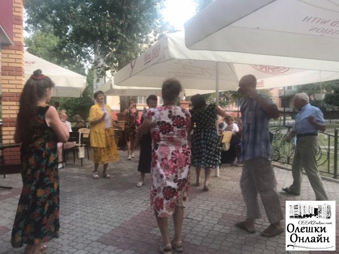 Напередодні Івана Купала, в Олешках відбувся черговий танцювальний вечір для людей поважного віку