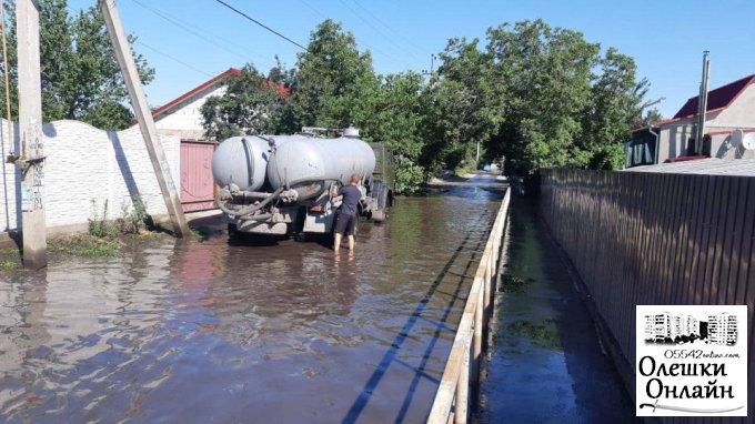 В Олешках здійснюється ліквідація скупчення дощових вод