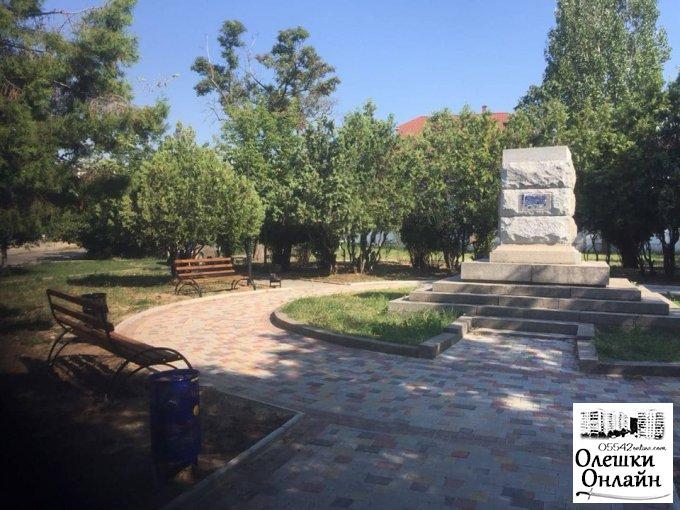 В Олешках тривають роботи з благоустрою у сквері Піроцького