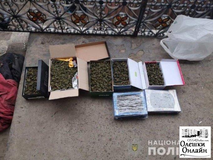 Олешковские полицейские изъяли у местного жителя два килограмма каннабиса