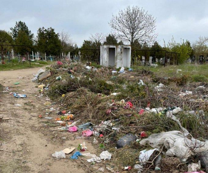Во что превратились городские кладбища в Олешках