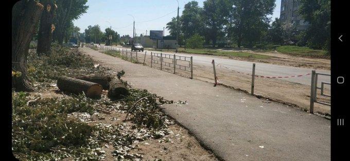 Коммунальщики в Олешках разломали забор возле школы
