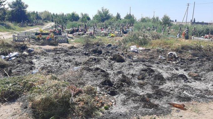 Работники коммунального предприятия сжигают тонны мусора на територии города Олешки (видео)