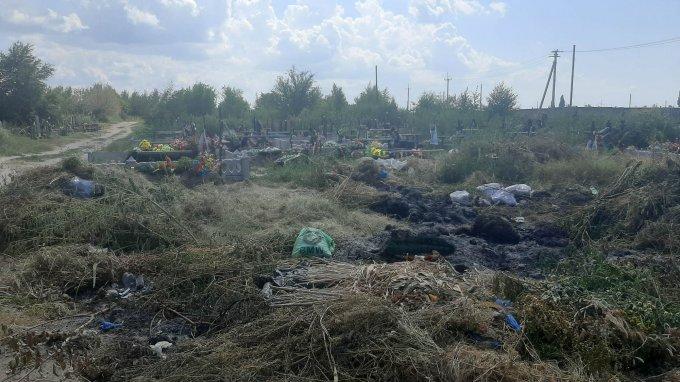 Кладбища в Олешках превращаются в незаконные полигоны ТБО (фото)