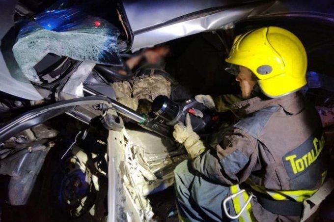 Олешківські рятувальники деблокували чоловіка з понівеченої в ДТП автівки